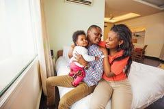 Família africana em casa imagem de stock royalty free