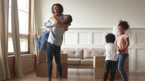A família africana extático feliz comemora internamento movente do dia junto video estoque