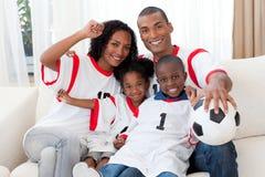 Família afro-americana que comemora um objetivo do futebol Fotografia de Stock Royalty Free