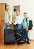 Família agradável de dois adalts e menino pela porta que vai para o VAC Fotos de Stock