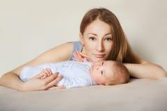 Família alegre feliz Jogo da mãe e do bebê, imagem de stock