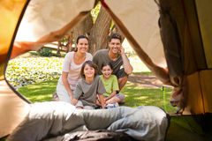 Família alegre que acampa no parque Foto de Stock