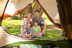 Família alegre que acampa no parque Fotografia de Stock