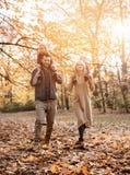 Família alegre que aprecia o grande, tempo outonal fotos de stock royalty free