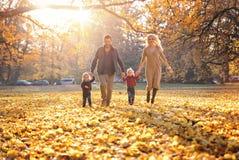 Família alegre que aprecia o grande, tempo outonal fotografia de stock royalty free