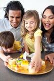 Família alegre que come bolinhos fotos de stock