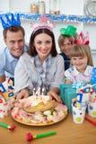 Família alegre que comemora o aniversário da matriz Foto de Stock Royalty Free