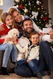 Família alegre que faz o selfie para o Natal fotos de stock