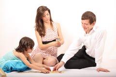 Família alegre que joga o mikado Foto de Stock Royalty Free