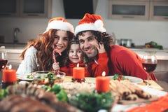Família alegre que tem o divertimento na celebração do ano novo imagens de stock royalty free