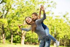 família alegre que tem um piquenique Fotografia de Stock Royalty Free