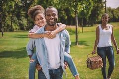 Família americana afican feliz no parque Fotografia de Stock Royalty Free