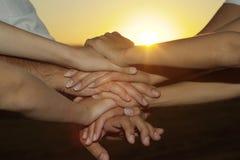 Família amigável contra o por do sol Imagem de Stock Royalty Free