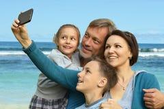 Família amigável em um fundo de um litoral Imagem de Stock