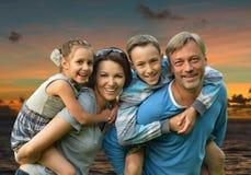 Família amigável em um fundo de um por do sol Foto de Stock Royalty Free