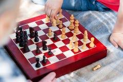 A família amigável inteligente está jogando a xadrez foto de stock royalty free