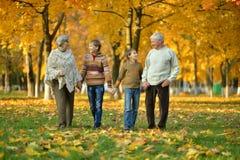Família amigável no parque Fotografia de Stock Royalty Free