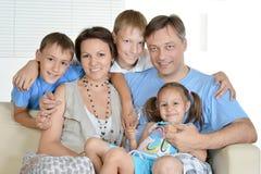 Família amigável que descansa em casa Foto de Stock