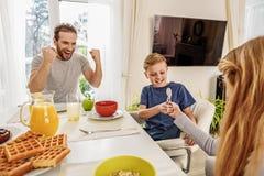Família amigável que tem o divertimento antes do café da manhã foto de stock royalty free