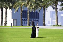 A família anda perto do museu de MIA islâmico das artes com seu modo fotos de stock