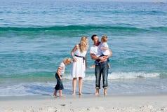 Família Animated que anda na areia imagem de stock