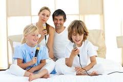 Família Animated que canta junto fotografia de stock royalty free