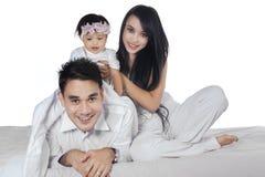 Família asiática alegre no quarto Fotografia de Stock