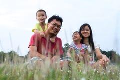 Família asiática atrativa exterior imagem de stock