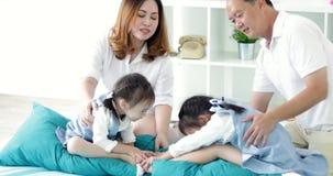 Família asiática feliz com as duas filhas que jogam em casa vídeos de arquivo