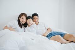 Família asiática feliz com filho em casa no jogo do quarto e no l fotos de stock royalty free