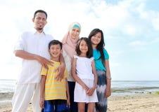 Família asiática feliz de sorriso na praia junto foto de stock