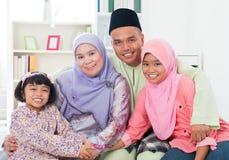 Família asiática feliz em casa. Fotografia de Stock