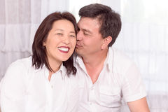 Família asiática feliz em casa imagens de stock royalty free