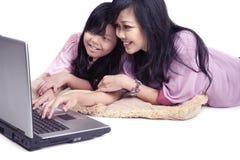 Família asiática feliz em um portátil Fotografia de Stock Royalty Free