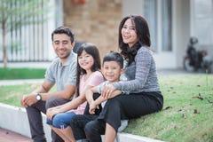 Família asiática feliz na frente de sua casa fotografia de stock