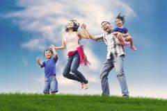 Família asiática feliz no prado Fotos de Stock Royalty Free