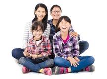 Família asiática feliz que senta-se junto imagens de stock