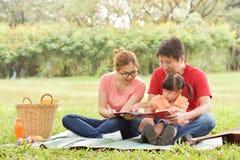 Família asiática feliz que tem o divertimento Fotos de Stock