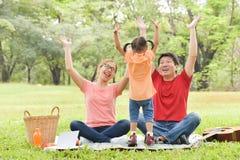 Família asiática feliz que tem o divertimento foto de stock