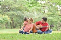 Família asiática feliz que tem o divertimento imagem de stock royalty free