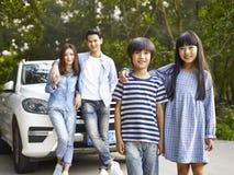 Família asiática na estrada foto de stock