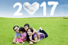 Família asiática no prado com número 2017 Fotografia de Stock Royalty Free