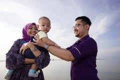 Família asiática que aprecia o tempo da qualidade na praia Foto de Stock