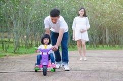 Família asiática que relaxa Fotografia de Stock Royalty Free