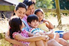 Família asiática que relaxa pela porta na caminhada no campo fotografia de stock royalty free