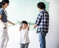 Família asiática que renova a casa fotos de stock royalty free