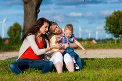 Família - avó, matriz e criança no jardim Fotografia de Stock Royalty Free