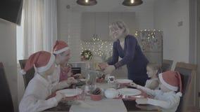 Família bonita feliz entusiasmado de seis jantares de Natal de comemoração na cozinha acolhedor da atmosfera festiva filme
