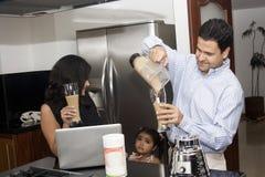 Família bonita na cozinha Fotos de Stock