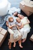 Família bonita que dorme no assoalho Foto de Stock Royalty Free